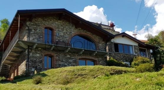 Casale in pietra con vista lago